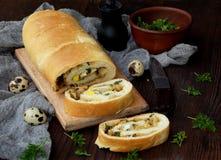 Tarte de chou avec des oeufs, des oignons verts et le persil sur un fond en bois foncé Gâteau salé savoureux fait maison photographie stock