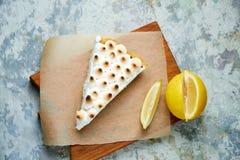 Tarte de citron Fond texturis? gris Beaux plats de portion Dessert Cha?ne alimentaire images libres de droits