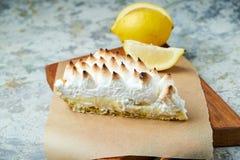 Tarte de citron Fond texturis? gris Beaux plats de portion Dessert Cha?ne alimentaire photo libre de droits