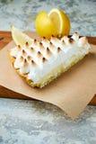 Tarte de citron Fond texturis? gris Beaux plats de portion Dessert Cha?ne alimentaire images stock