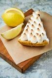 Tarte de citron Fond texturis? gris Beaux plats de portion Dessert Cha?ne alimentaire photos libres de droits