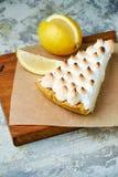 Tarte de citron Fond texturis? gris Beaux plats de portion Dessert Cha?ne alimentaire image stock