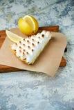 Tarte de citron Fond texturis? gris Beaux plats de portion Dessert Cha?ne alimentaire image libre de droits