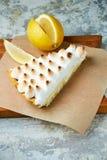 Tarte de citron Fond texturis? gris Beaux plats de portion Dessert Cha?ne alimentaire photos stock