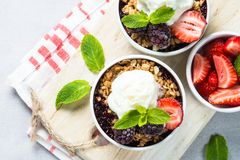 Tarte de croustillant avec la préparation de baie, la granola et la crème glacée  Images stock
