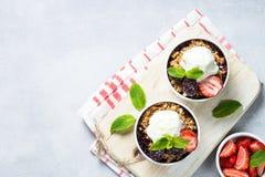 Tarte de croustillant avec la préparation de baie, la granola et la crème glacée  Photos stock