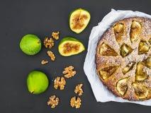 Tarte de figue avec les figues et les noix fraîches sur le noir photo libre de droits