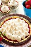 Tarte de fraise avec la meringue du plat brun images stock