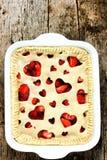 Tarte de fraise d'amour Tarte de fête avec la fraise fraîche remplissant d Photographie stock