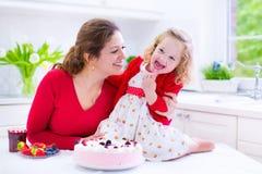 Tarte de fraise de cuisson de mère et de fille Image libre de droits