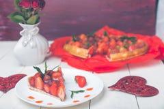 Tarte de fraise de plat de whire et de table en bois blanche Une seule pièce romantique Amour Coeur Photographie stock libre de droits