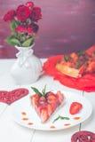 Tarte de fraise de plat de whire et de table en bois blanche Une seule pièce romantique Amour Coeur Photos libres de droits
