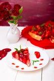Tarte de fraise de plat de whire et de table en bois blanche Une seule pièce romantique Amour Coeur Images libres de droits