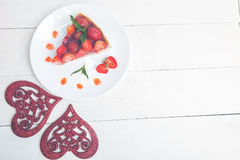 Tarte de fraise de plat de whire et de table en bois blanche Une seule pièce Vue supérieure romantique Amour Coeur Photo stock