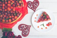 Tarte de fraise de plat de whire et de table en bois blanche Une seule pièce Vue supérieure romantique Amour Coeur Image libre de droits