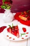 Tarte de fraise du plat blanc et de la table en bois blanche Une seule pièce romantique Amour Coeur Images libres de droits