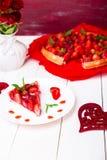 Tarte de fraise du plat blanc et de la table en bois blanche Une seule pièce romantique Amour Coeur Image stock