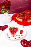 Tarte de fraise du plat blanc et de la table en bois blanche Une seule pièce romantique Amour Coeur Photo stock