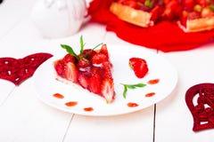 Tarte de fraise du plat blanc et de la table en bois blanche Une seule pièce romantique Amour Coeur Image libre de droits