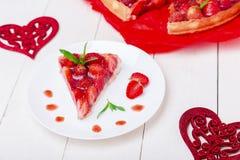 Tarte de fraise du plat blanc et de la table en bois blanche Une seule pièce romantique Amour Coeur Images stock