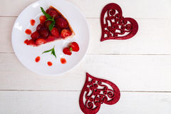Tarte de fraise du plat blanc et de la table en bois blanche Une seule pièce Vue supérieure romantique Amour Coeur Images libres de droits