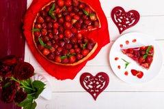 Tarte de fraise du plat blanc et de la table en bois blanche Une seule pièce Vue supérieure romantique Amour Coeur Photo stock