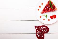 Tarte de fraise du plat blanc et de la table en bois blanche Une seule pièce Vue supérieure romantique Amour Coeur Photos libres de droits