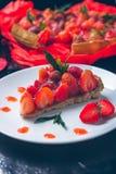 Tarte de fraise sur la table en bois de noir blanc de plat Une seule pièce romantique Amour Coeur Photo modifiée la tonalité Jour Photo stock