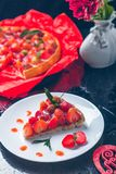 Tarte de fraise sur la table en bois de noir blanc de plat Une seule pièce romantique Amour Coeur Photo modifiée la tonalité Jour Photo libre de droits