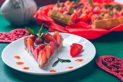 Tarte de fraise sur la table en bois de vert blanc de plat Une seule pièce romantique Amour Coeur Photo modifiée la tonalité Images libres de droits