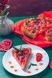 Tarte de fraise sur la table en bois de vert blanc de plat Une seule pièce romantique Amour Coeur Photo modifiée la tonalité Photo libre de droits