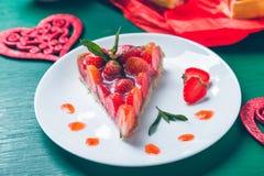Tarte de fraise sur la table en bois de vert blanc de plat Une seule pièce romantique Amour Coeur Photo modifiée la tonalité Photo stock