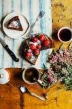 Tarte de fraise, tarte sablée de fraise, confiture de fraise la fraise faite maison servante durcissent ou tarte sur la table rus Photos libres de droits