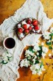 Tarte de fraise, tarte sablée de fraise, confiture de fraise la fraise faite maison servante durcissent ou tarte sur la table rus Image libre de droits
