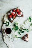 Tarte de fraise, tarte sablée de fraise, confiture de fraise la fraise faite maison servante durcissent ou tarte sur la table rus Images libres de droits