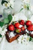 Tarte de fraise, tarte sablée de fraise, confiture de fraise la fraise faite maison servante durcissent ou tarte sur la table rus Photos stock