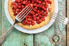 Tarte de fromage de fraise de forêt et blanc avec le melchior de vintage Photo stock