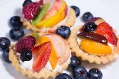 Tarte de fruit avec de la crème de crème anglaise et la myrtille fraîche, fraise, r photo stock