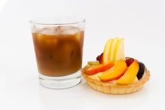 Tarte de fruit avec le verre de café de glace sur le fond blanc Images stock