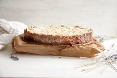 Tarte de lait caillé avec la confiture et les amandes de framboise images libres de droits