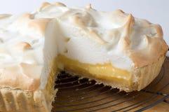 Tarte de limão e merengue na cremalheira Imagem de Stock Royalty Free