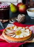 Tarte de maçã em uma base da areia com doce e caramelo da pera Imagem de Stock Royalty Free