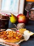 Tarte de maçã em uma base da areia com doce e caramelo da pera Imagens de Stock