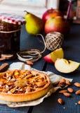 Tarte de maçã em uma base da areia com doce e caramelo da pera Imagens de Stock Royalty Free