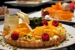 Tarte de mangue avec de la crème de passiflore comestible de passiflore Image stock