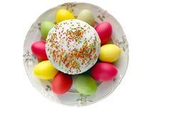 Tarte de Pâques, oeufs peints, vue supérieure, d'isolement Photographie stock libre de droits