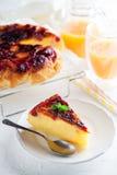 Tarte de petit déjeuner avec le jus d'orange dans le matin photo libre de droits