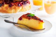 Tarte de petit déjeuner avec le jus d'orange dans le matin image libre de droits
