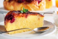 Tarte de petit déjeuner avec le jus d'orange dans le matin photographie stock libre de droits