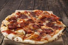 Tarte de pizza de pepperoni Images libres de droits